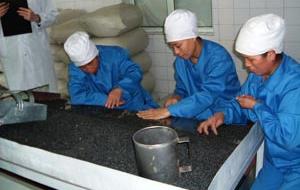 素材を機械選別後、手作業による異物検査